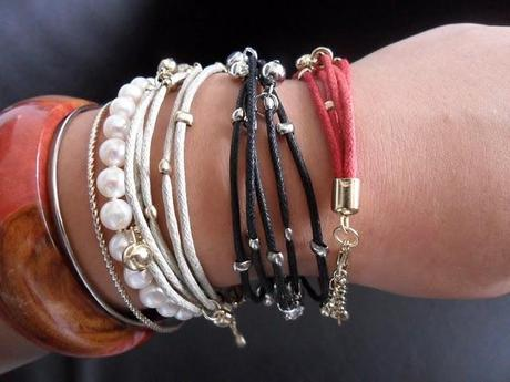 I love this scarf & bracelets :)