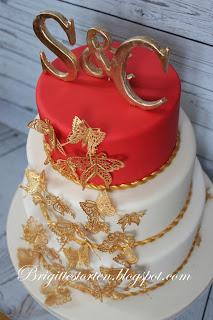 Hochzeitstorte In Ivory Und Rot Gold Mit Goldenen Schmetterlingen
