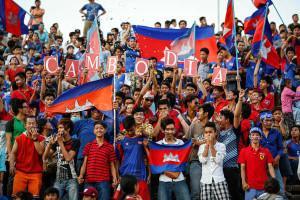 Fußball-Fans beim Länderspiel Kambodscha gegen Singapur in Phnom Penh.