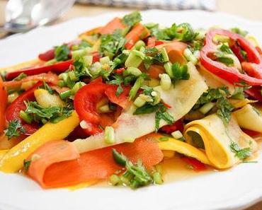 Würziger Thai-Salat mit Karotten und Zucchini