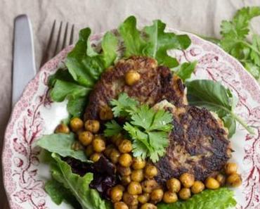 Kohlrabi-Bratlinge mit gerösteten Kichererbsen und Salat oder schnelles Mittagessen für Urlaubsheimkehrer