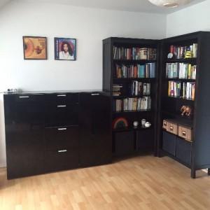 minimalismus: leere regale im wohnzimmer