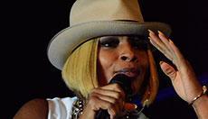 Mary J. Blige verzaubert in weißem Einteiler und mit kräftiger Stimme
