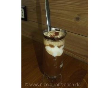 Eiskaffee mit selbstgemachten Vanille-Eis