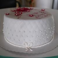 Hochzeitstorte Weinrot Mit Perlen