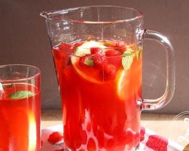 Fruchtiger Eistee mit Himbeeren und grünem Tee