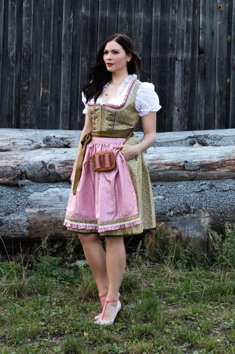 oktoberfest dirndl outfit und dirndl schleife binden. Black Bedroom Furniture Sets. Home Design Ideas