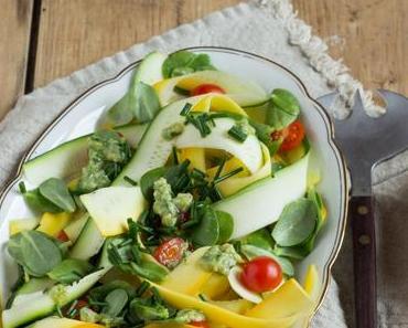 Zucchini-Salat mit Portulak und Pinienkern-Dressing oder Schnelles für die letzten Sommertage