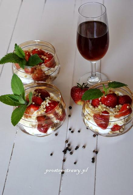Dessert with strawberries/ Dessert mit Erdbeeren/ Deser z truskawkami