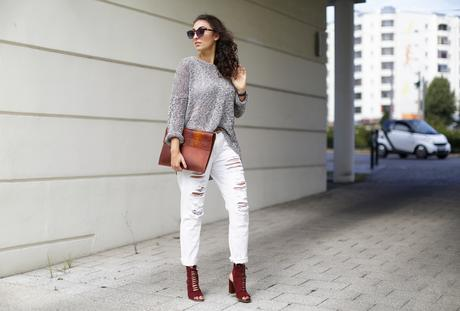 Justfab Ripped White Boyfriend Jeans Girlfriend Jeans beige pants lace up heels zara sale heels suede booties oversize sweater grey fashionblogger berlin modeblog samieze germany deutschland blogger outfit