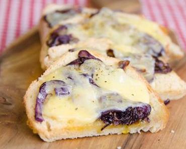 Apéro-Snacks: Crostini mit karmellisierten roten Zwiebeln und Gruyère Käse