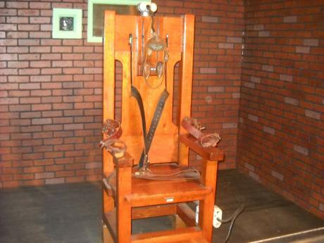 2electric-chair-72283_1280