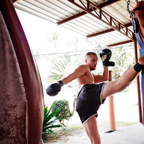 Einen Kick holen beim Muay Thai Training