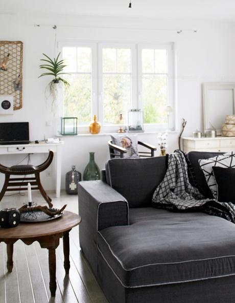 Stilmix Im Wohnzimmer Blick Ins Sofa Mit Anatiker Kommode Und Marokkanischen Wohnaccessoires