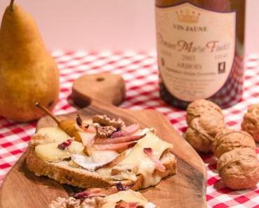 Crostini mit Camembert, Speck, Birnen, Walnüssen und Vin Jaune