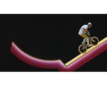 BMX-Profi Kriss Kyle in einem Raum voller Rampen und optischen Täuschungen