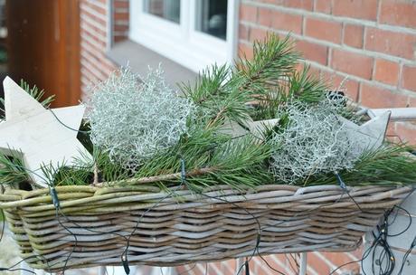 Weihnachtliche dekoration im vorgarten mit outdoorkissen for Dekoration vorgarten