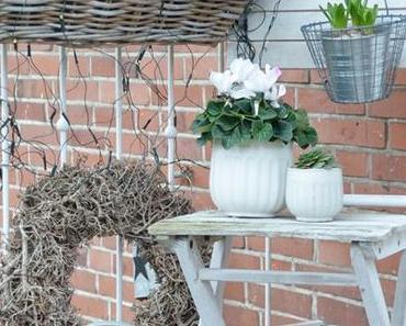 weihnachtliche Dekoration im Vorgarten mit Outdoorkissen von Print Kontor