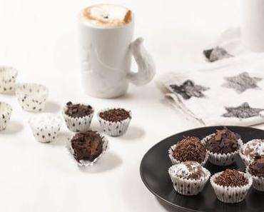 Selbstgemachte Rumkugeln mit heißer Schokolade