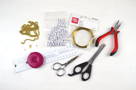 diy armband mit buchstaben freundschaftsarmband mit namen selbst machen. Black Bedroom Furniture Sets. Home Design Ideas