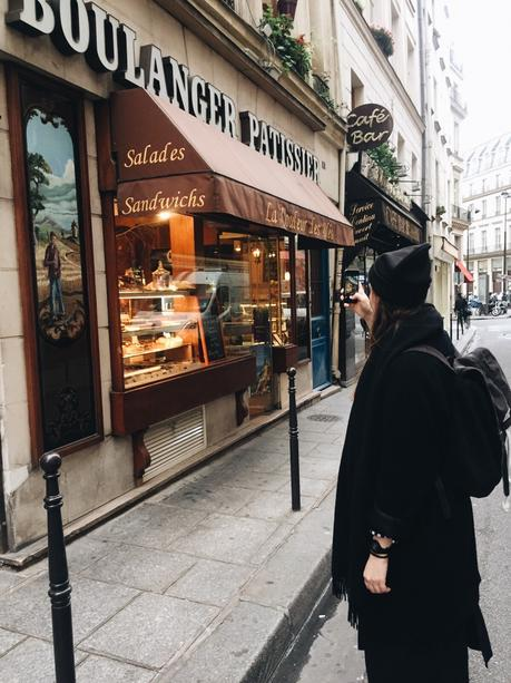 Travel Guide: Paris.