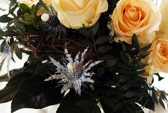 flowerday lachsfarbene rosen disteln collagen. Black Bedroom Furniture Sets. Home Design Ideas