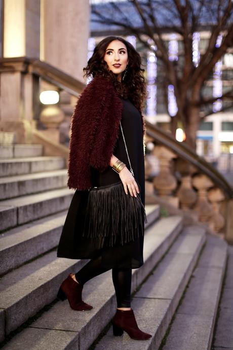 Urban Party Outfit New Years Eve black leather leggings fake fur jacket fringe bag inspiration streetstyle modeblog blogger look samieze bordeaux black asos gina tricot H&M boots
