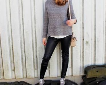 Outfit: Lederhose, Oversizepullover & Leo-Sneaker