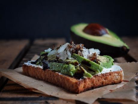 bestes fr hst ck der welt avocado toast mit frischk se zwiebeln und balsamico creme. Black Bedroom Furniture Sets. Home Design Ideas