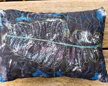Textilkunst: Gelliprint und Freihand-Nähen werden zu einem Kissen