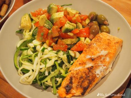 rezept lachs auf zoodles mit tomaten avocado salsa lowcarb. Black Bedroom Furniture Sets. Home Design Ideas