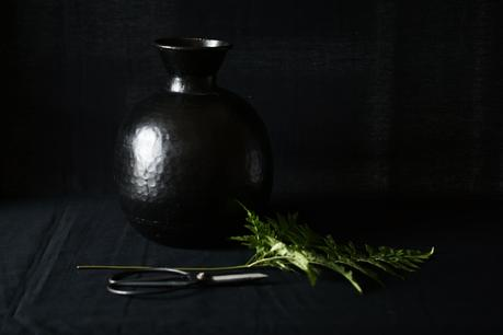 Blog + Fotografie by it's me fim.works - Lederfarn, alte Schere, schwarze Metallvase