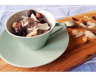 Lila Milchreis mit knackigem Nuss-Frucht-Mix