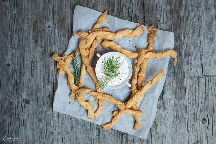Würzige Käsestangerl mit Sauerrahm-Kräuter-Dip