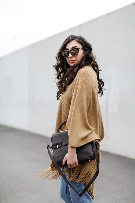 Poncho and Mom Jeans new look camel cape topshop moto vintage mom jeans creme poncho boho women girl blog Germany Outfit Streetstyle Berlin Samieze Spring Frühlingslook