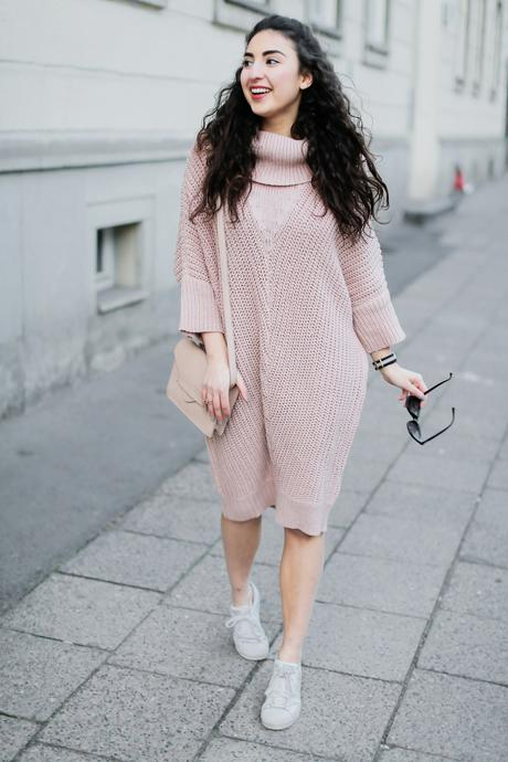 Knitted Dress And Sneakers vero moda knitted dress midi kleid spring look frühlingslook samieze streestyle blogger knit dress and sneakers adidas superstars womens outfit rosa kleid nude bag mango berlin deutschland half bun curly hair