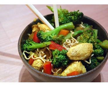 Asiatische Nudelpfanne mit Hähnchen oder Tofu