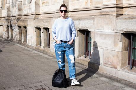 Destroyed Mom-Jeans mit dem Adidas Superstar