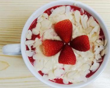 Mug Cake in Schichten – Vanille-Erdbeere