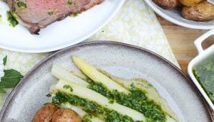 Festmahl! Roastbeef Kräutervinaigrette, Spargel gebratenen neuen Kartoffeln