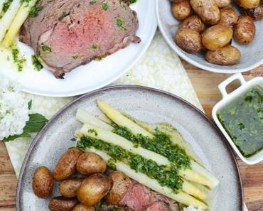 Was für ein Festmahl! Roastbeef mit Kräutervinaigrette, Spargel und gebratenen neuen Kartoffeln