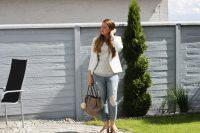 Plateau Sandalen kombinieren mit metallic Shirt und destroyed Jeans