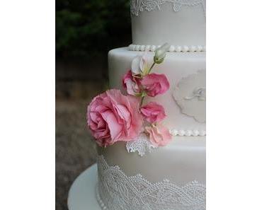 Romantische Hochzeitstorte mit Wicken und Rosen