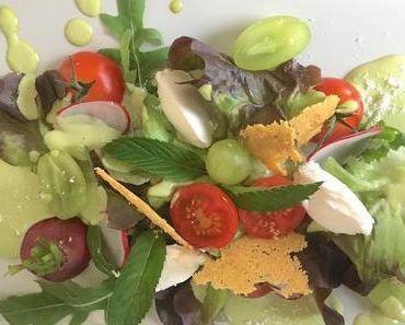 Fruchtiger Sommersalat mit Melone, Ziegenkäse und Trauben