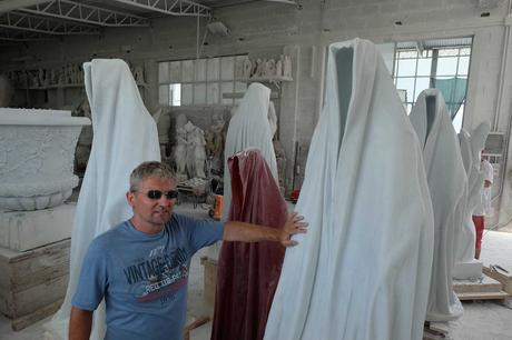 marble-stone-carrara-italy-avantgallery-massimo-galleni-guardians-of-time-manfred-kielnhofer-sculture-modern-design-contemporary-art-fine-arts-statue-7394