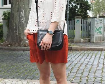 Sommeroutfit mit ziegelroter Shorts und Lochmuster Top