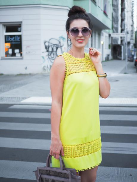 yellow shift dress lace oasis etui kleid sneakers tamaris trapz bag tasche grau streetstyle dutt high bun girl berlin fashionblogger blogger modebloggerin sommerlook summerdress