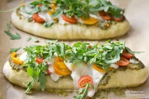 Pizza-Fladen mit Pesto, Tomate & Rucola