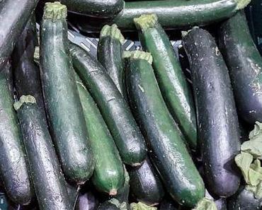 Schmuggel-ein-paar-Zucchini-auf-die-Terrasse-Deiner-Nachbarn-Nacht – die amerikanische National Sneak Some Zucchini Onto Your Neighbor's Porch Night