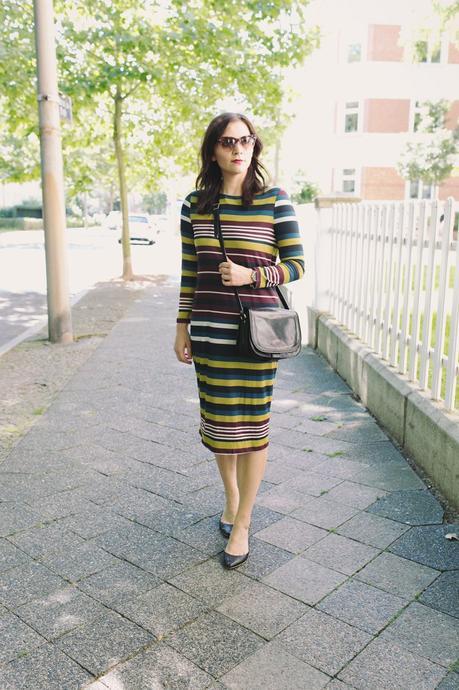 Übergangsoutfit mit Mango Kleid und Destroyed Jeans
